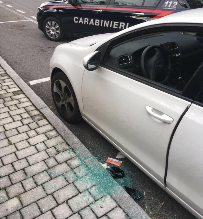 Rompe i finestrini delle auto per svaligiarle: 30enne arrestato nella notte