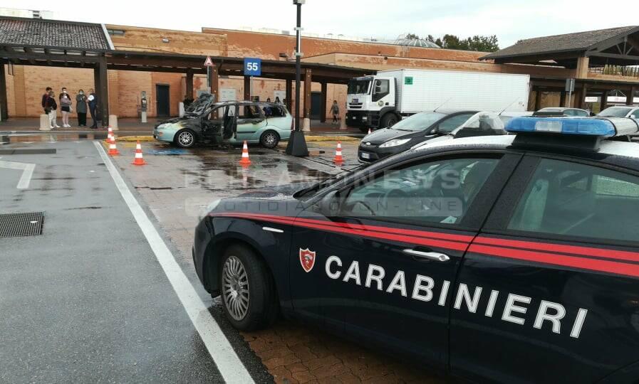 Auto in fiamme all'Iper di Seriate