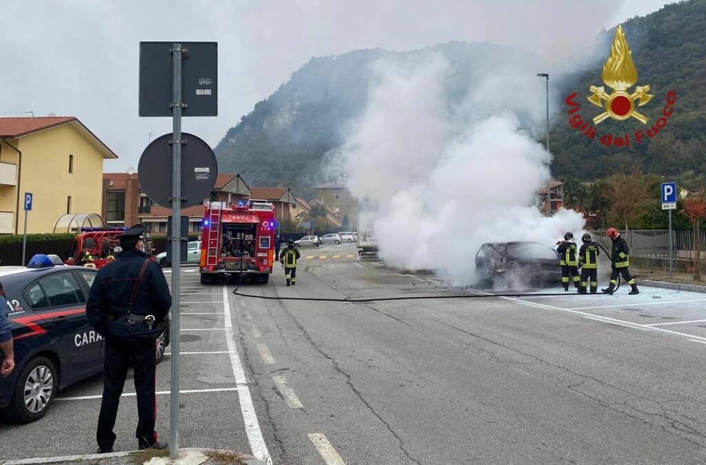 Auto in fiamme cisano