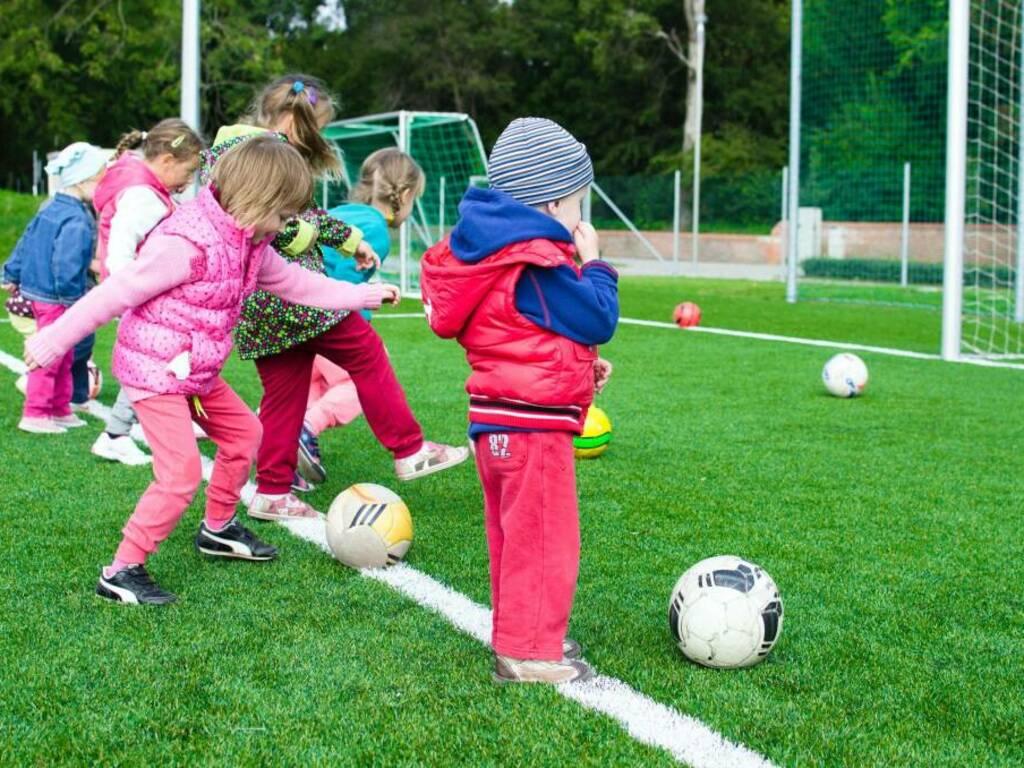 bambini calcio (Foto Lukas da Pexels)