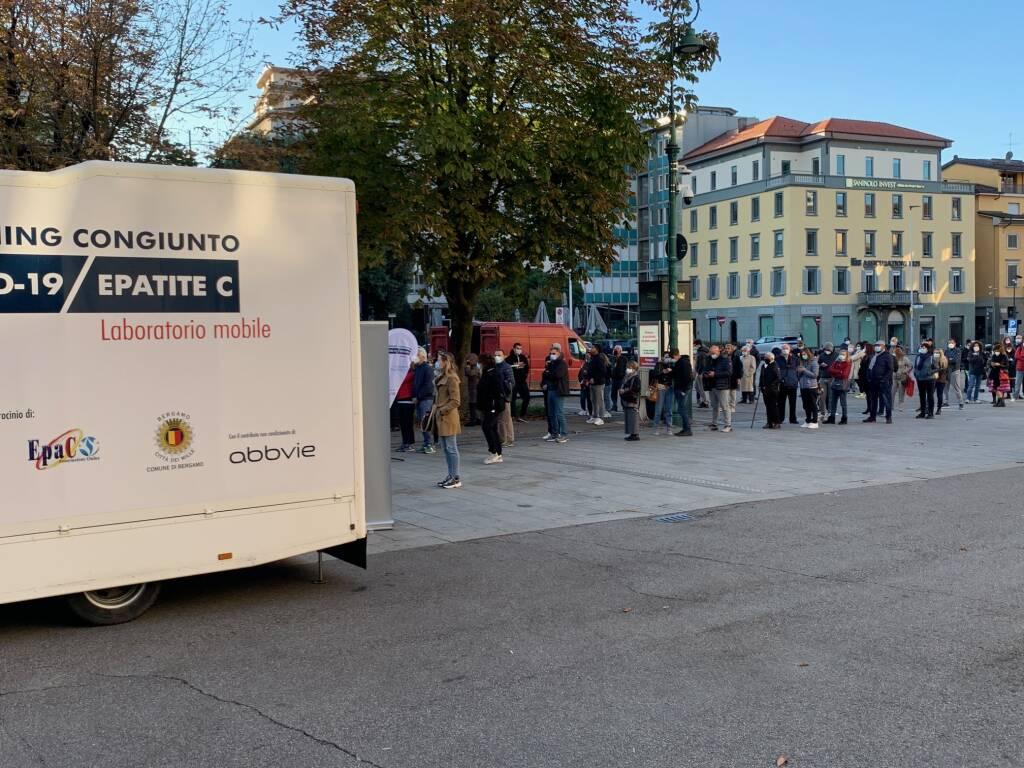 Bergamo in fila per il test sierologico gratuito Covid-19/Epatite C in piazza Matteotti