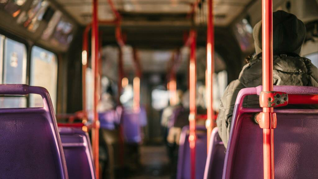 bus autobus (foto Ant Rozetsky da Unsplash)