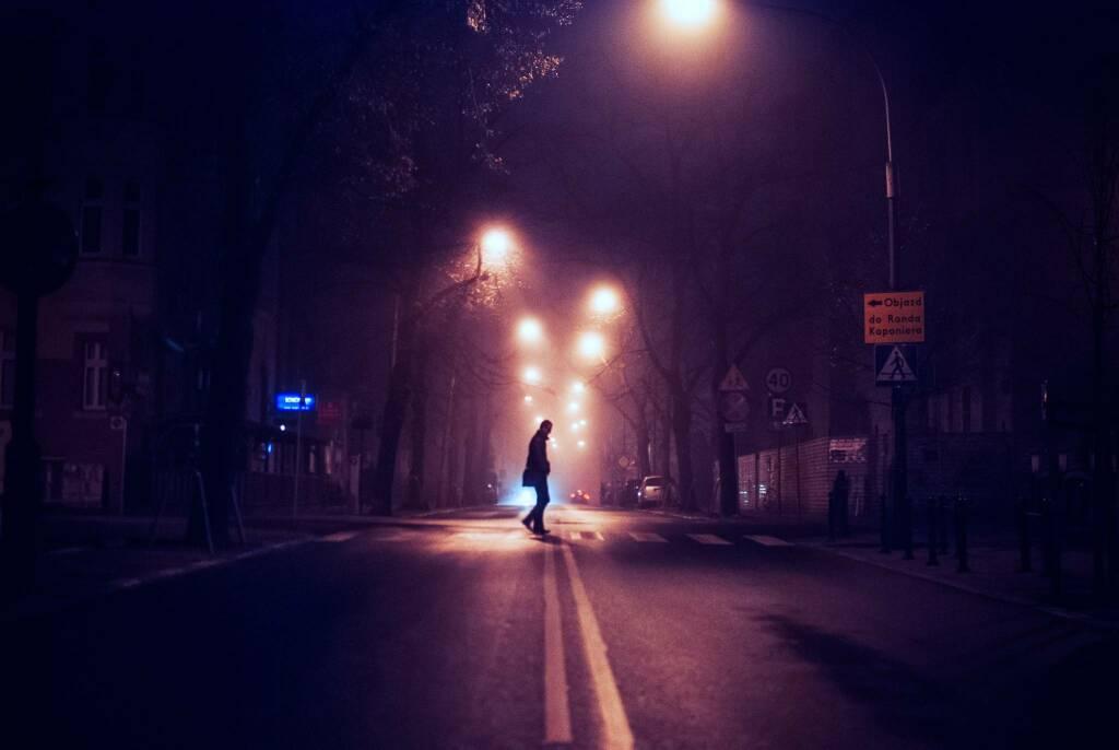 città notte sicurezza (foto Erik Witsoe da Unsplash)