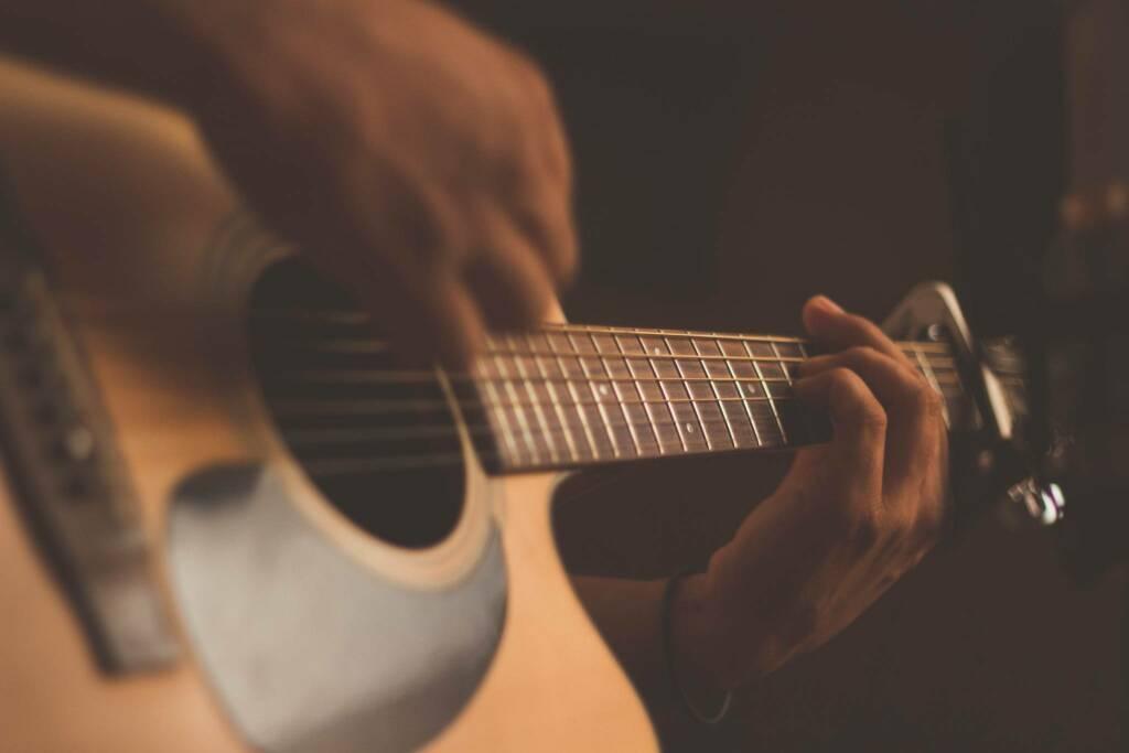 chitarra (Foto Jefferson Santos da Unsplash)