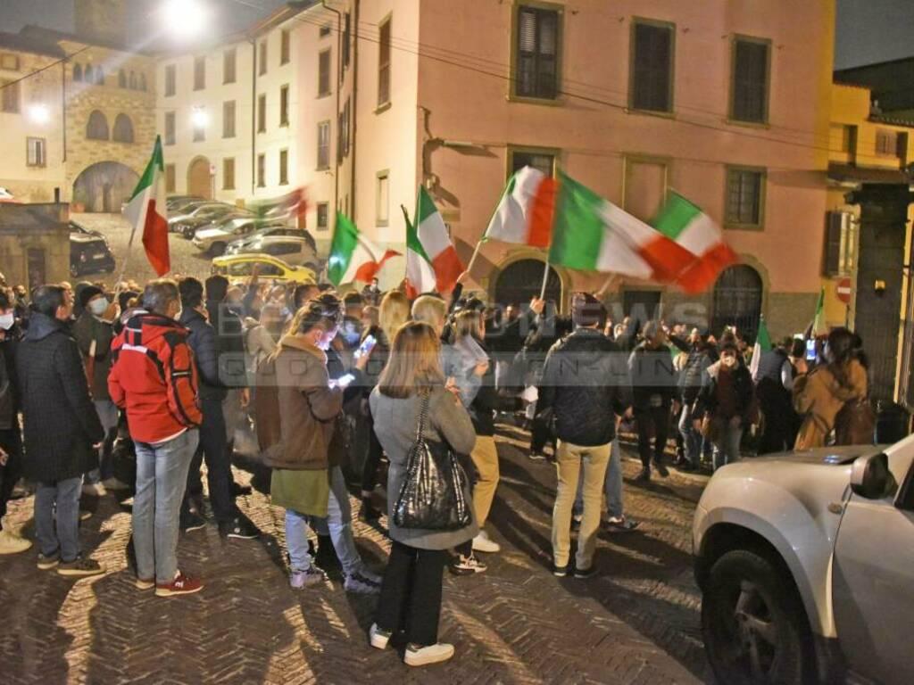 Commercianti in protesta: il corteo finisce in Città Alta, sotto casa del sindaco