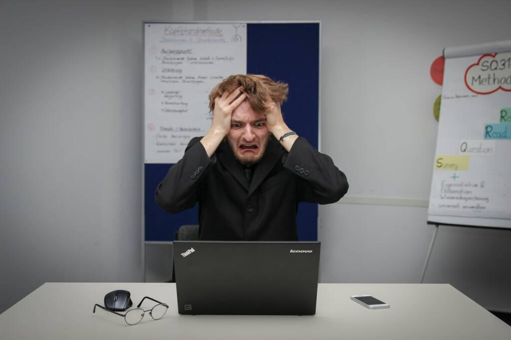 computer aiuto (Foto Sebastian Herrmann da Unsplash)