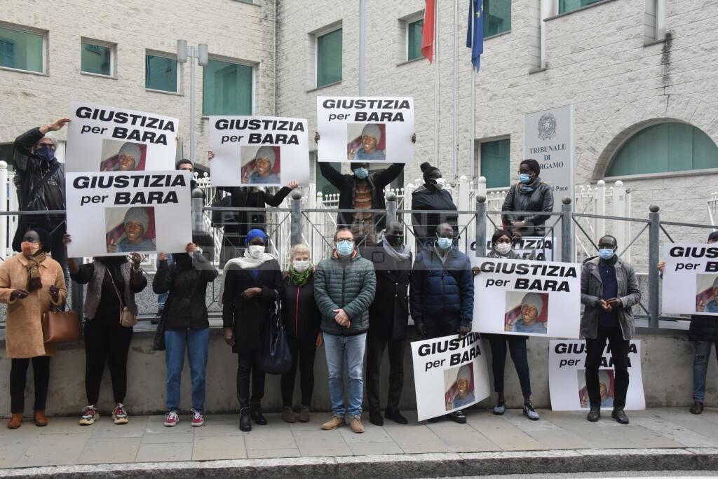 """""""Giustizia per Bara"""": gli striscioni dei Black Lives Matter in tribunale a Bergamo"""