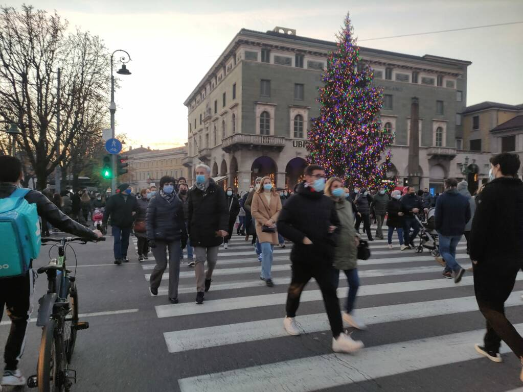 Bergamo, folla in centro nel primo giorno da zona gialla