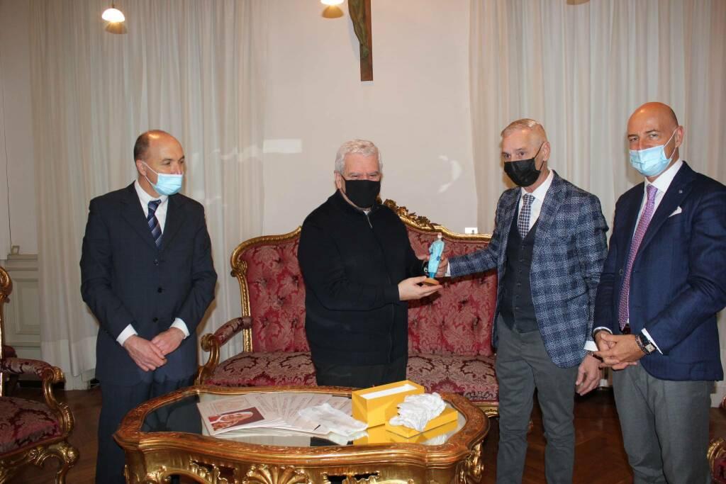 Confartigianato e Coldiretti donano al vescovo statuina in onore degli operatori sanitari