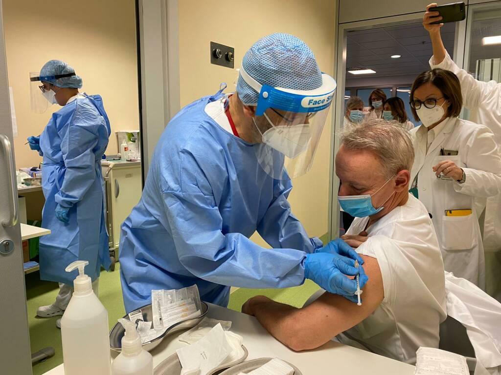 I primi vaccini al Papa Giovanni