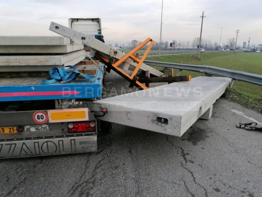 Camion perde il carico alla rotonda: interviene la Polizia locale di Spirano