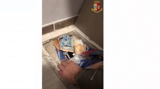 polizia droga sotto mattonella