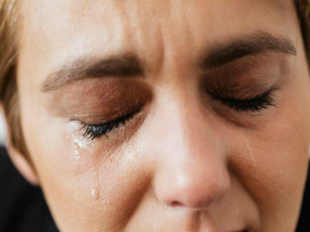 Lacrime, psicologo, dramma, violenza (Foto pexels)