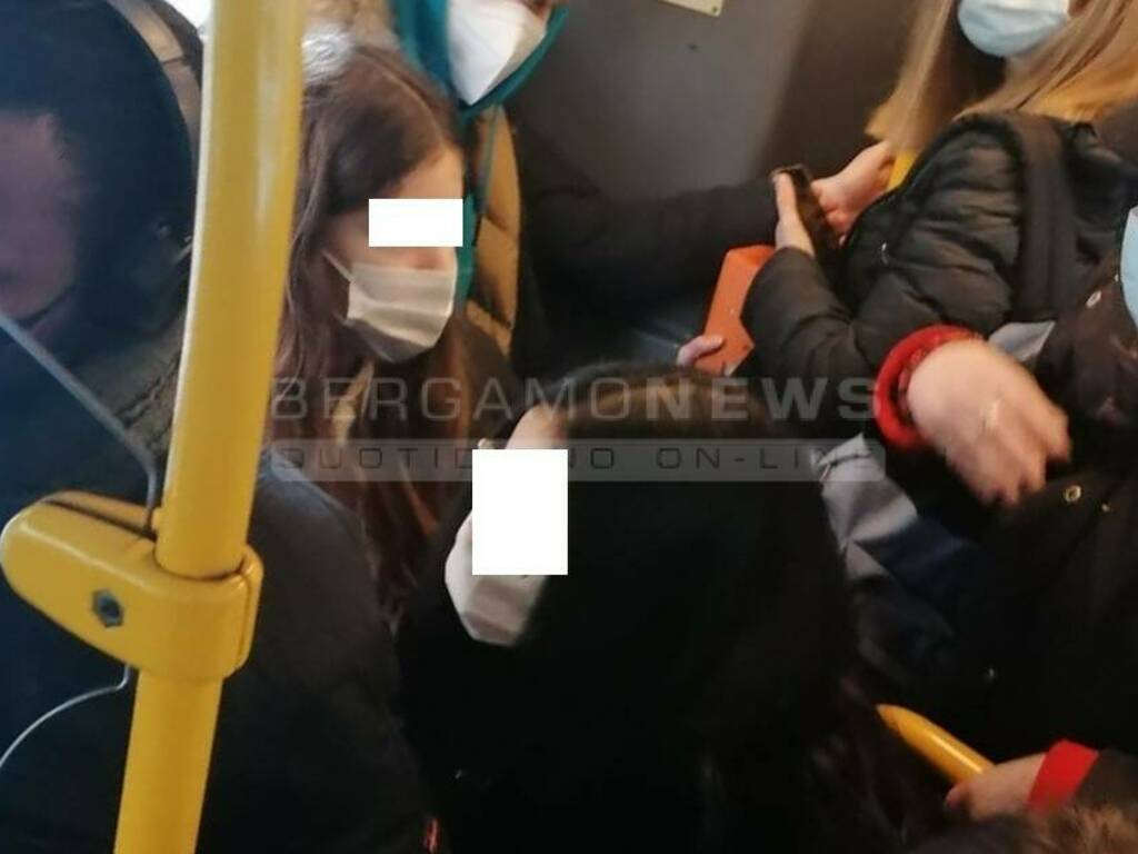 Studenti ammassati sui bus Atb