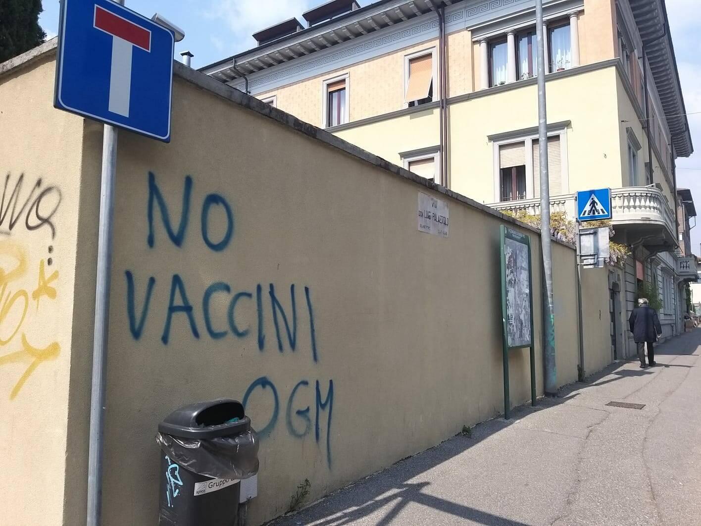 Bergamo invasa da scritte negazioniste e no vax