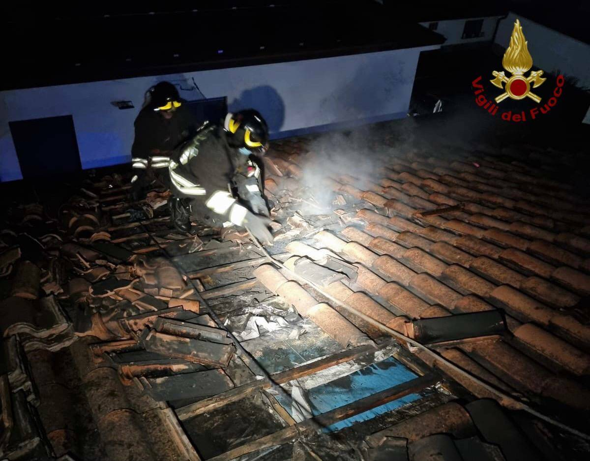 Tetto in fiamme a Castel Rozzone    l'intervento dei vigili del fuoco