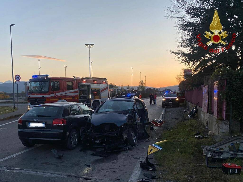 Mapello, scontro tra due auto e un camion cisterna