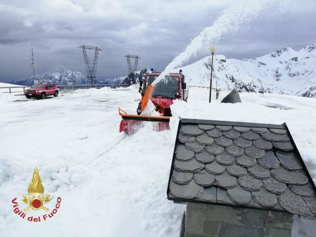 Passo San Marco, i vigili del fuoco rimuovono la neve