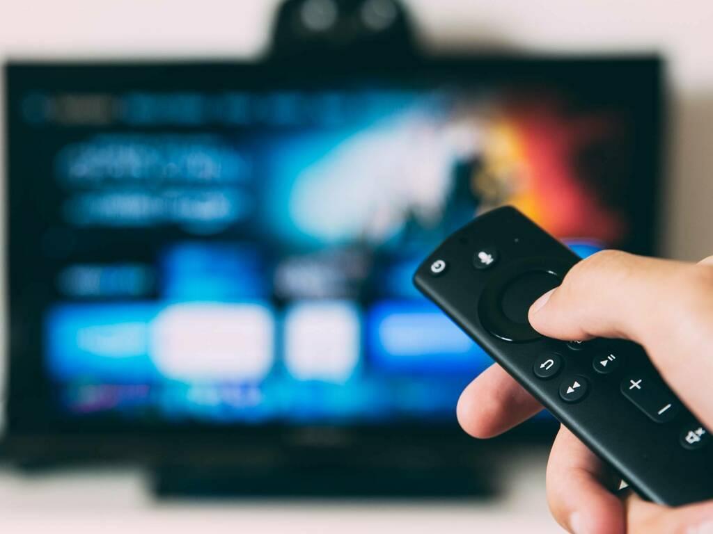 tv telecomando (Foto Glenn Carstens Peters da Unsplash)