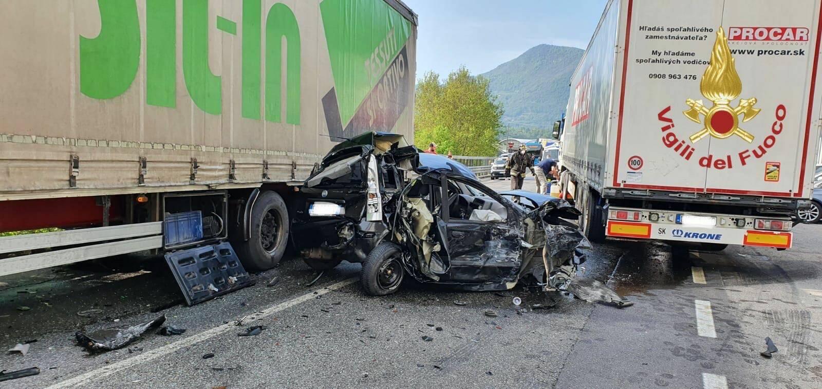 Auto tra due camion ad Albino: veicolo distrutto