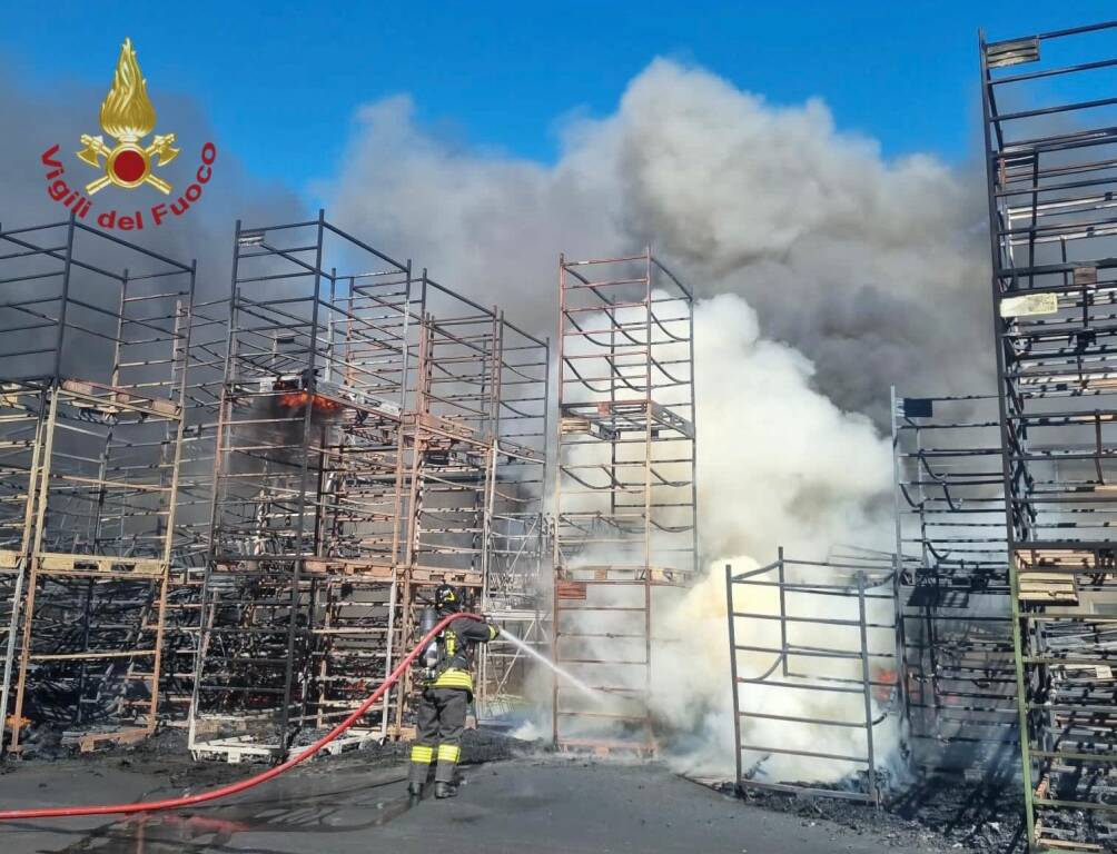 Bagnatica, incendio in un'azienda di materie plastiche: fumo nero in cielo