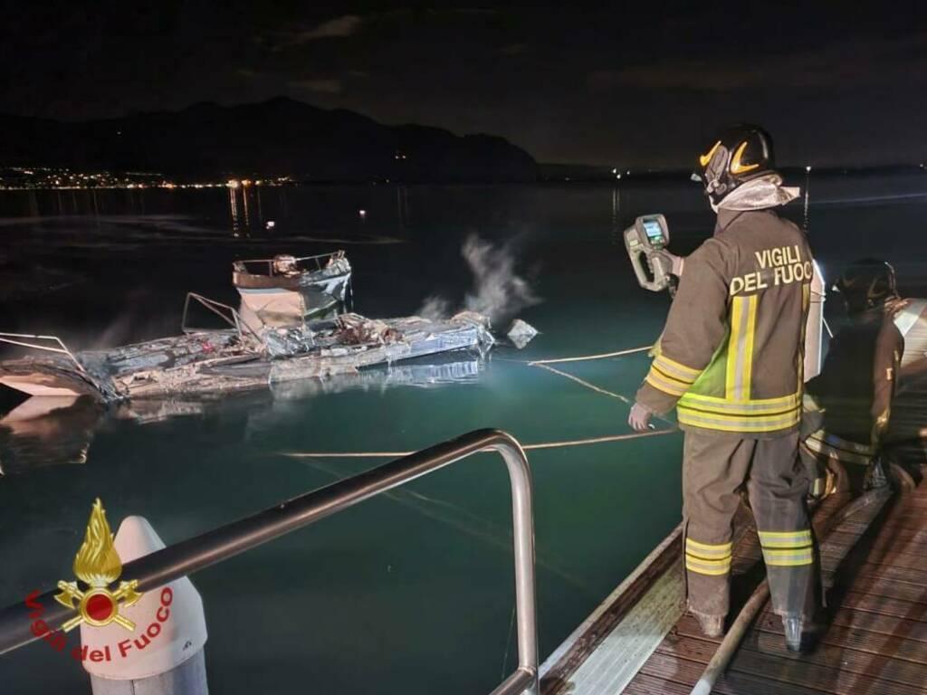 Predore, nella notte in fiamme due imbarcazioni nel lago d'Iseo