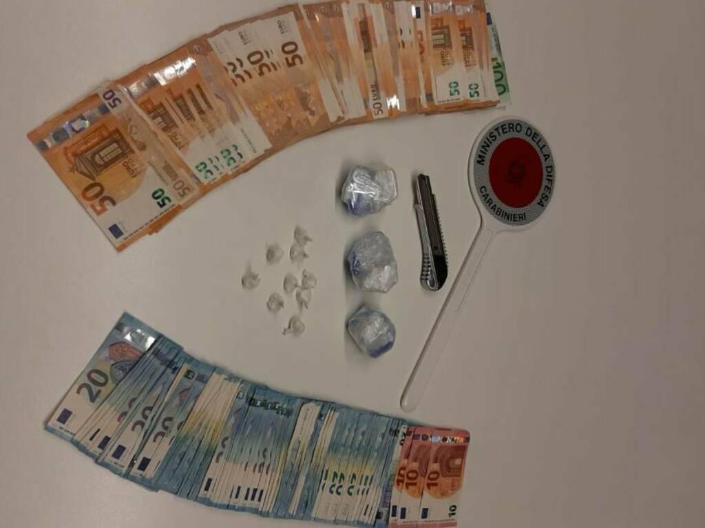 Fermato in auto, nascondeva nel cruscotto cocaina: spacciatore in manette