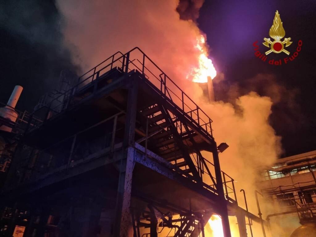 Grassobbio, fiamme nella notte in un'azienda di prodotti chimici