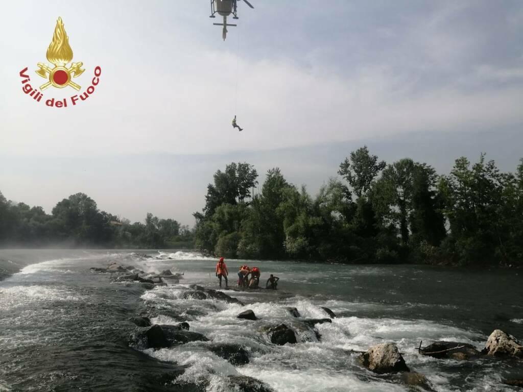 Tratti in salvo tre giovani in mezzo al fiume Oglio