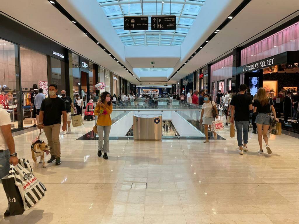 A Oriocenter tante offerte di lavoro, saldi e voglia di shopping