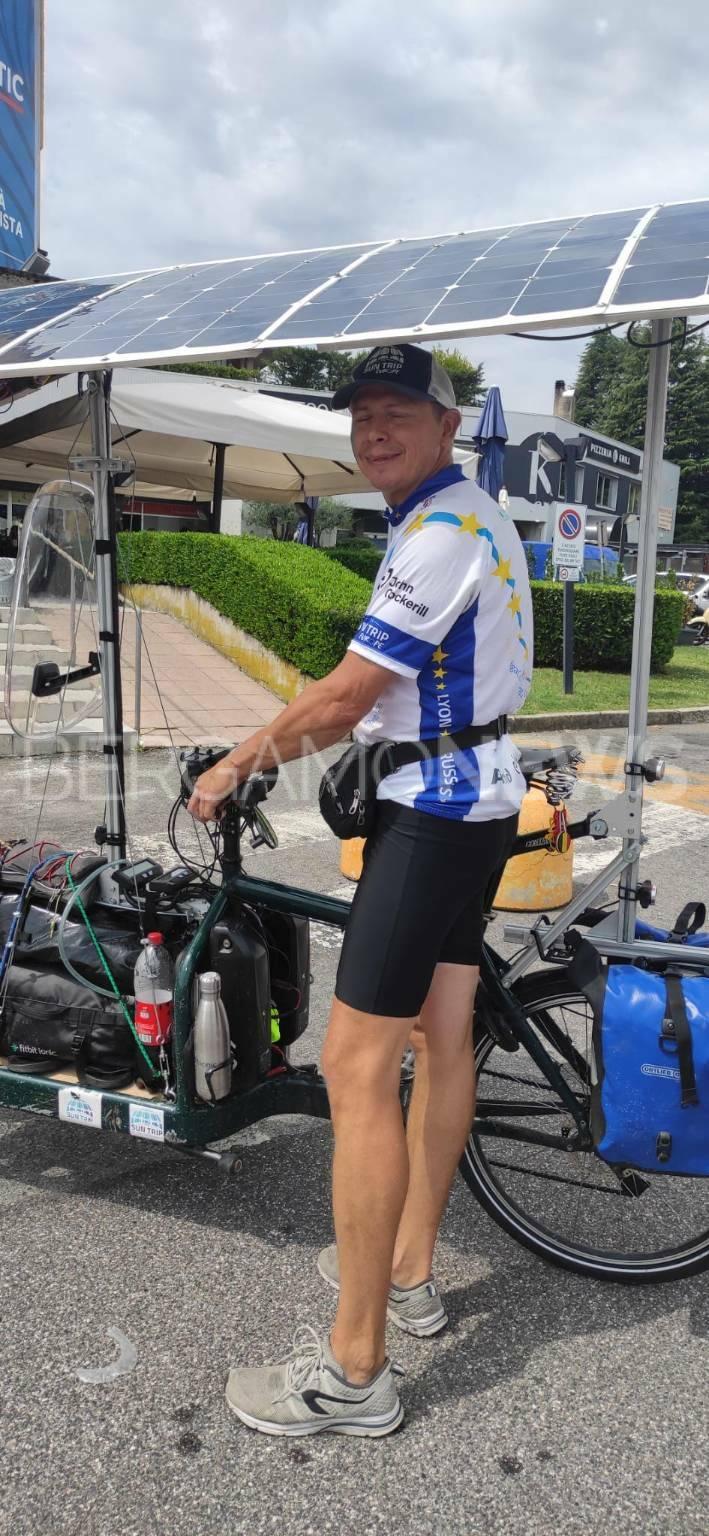 ciclista belga bici elettrica pannelli solari
