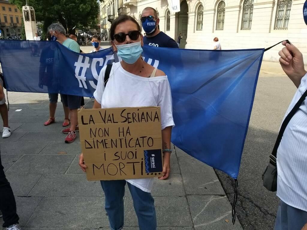 Covid, i familiari delle vittime in piazza a Bergamo