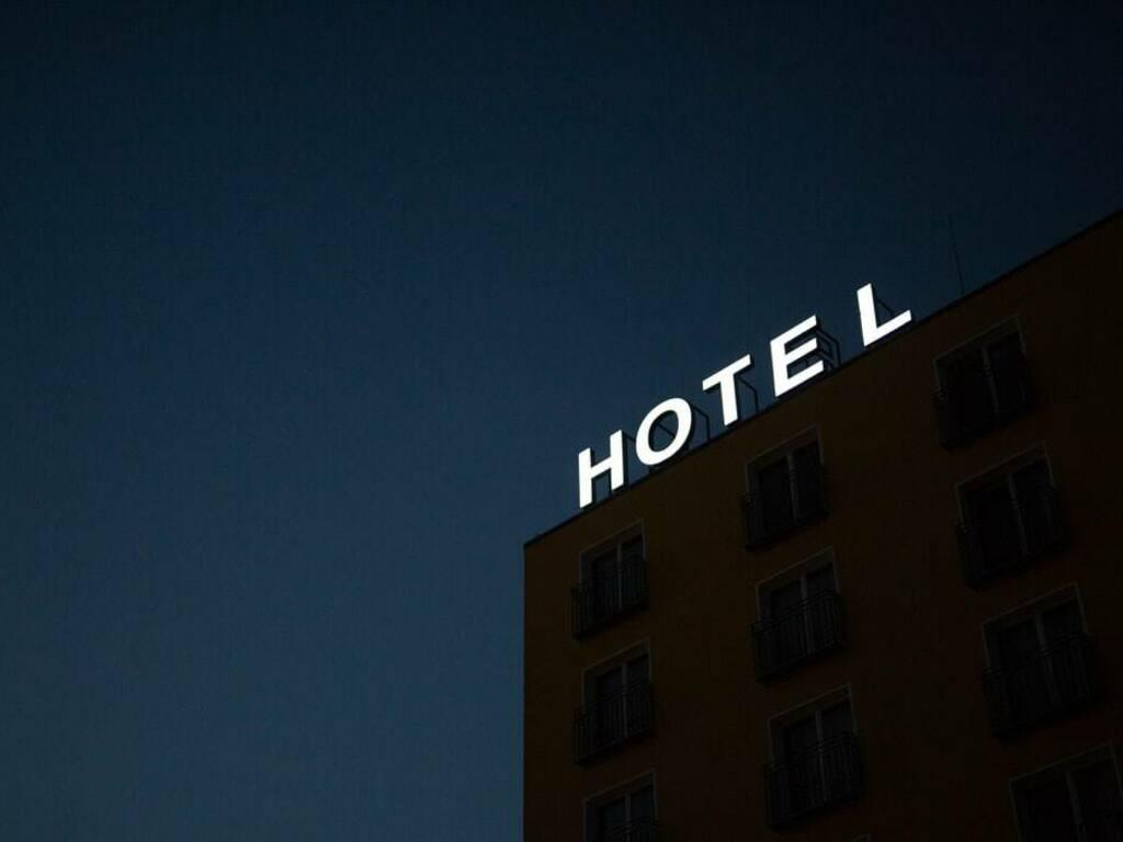 hotel (foto Marten Bjork da Unsplash)