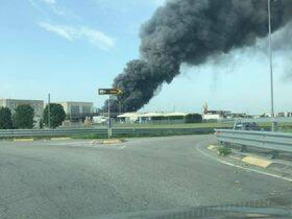 Incendio in un'azienda di Urgnano: fumo nero e denso visibile a chilometri di distanza