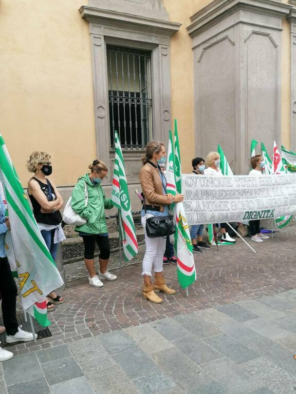 Protesta davanti alla Prefettura di Bergamo